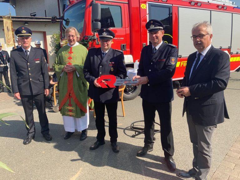 Read more about the article Feuerwehrauto in Peckelsheim eingeweiht